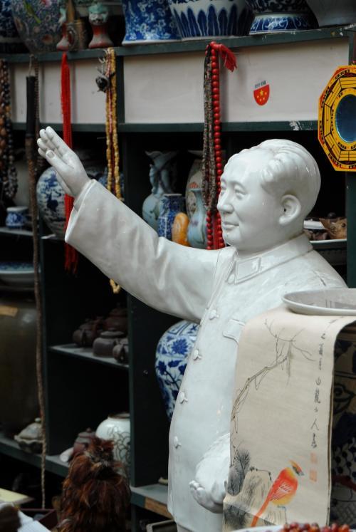 骨董雑貨店で頑張る毛沢東。