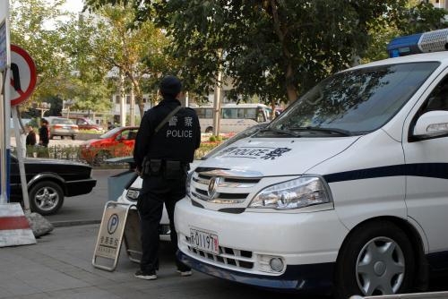 公安の車!<br /><br />・・・この人かな?<br />違うようです。<br />オフに公安の車を使うのは平気な中国公安ですが、彼は一応普通の車でしか来ない人です。<br /><br />その向こうから、見慣れたおじさんがやって来ました。<br />その部下の方は、古いブルーバードでやって来ていました。
