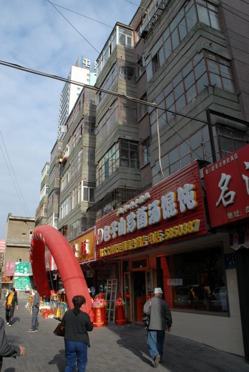 もう毎朝日課になってしまった「包子山珍菌湯餛飩餐庁」です。<br /><br />天気がよいので、お店の赤い全景も映えます!