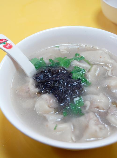 雲呑のスープには、しらすが入っています。<br /><br />これで3元は安いです。<br />(北京の四川料理は「2元」でしたが、塩と味の素がきつくてしょっぱいし、雲呑も3,4個しか入っていませんでした)