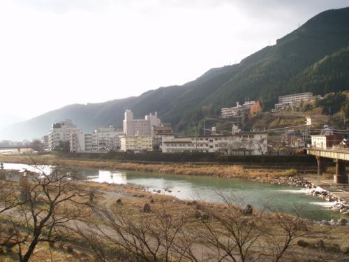 足湯から眺めえる景色も<br />川があって、<br />向こう岸はまた<br />旅館があったり。<br />