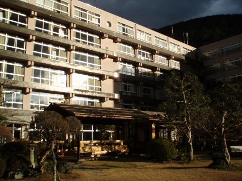 旅館は、望川館。<br />名のごとく川がよく見えます。<br />こちらは川側から見た建物。