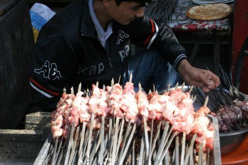 焼く前の烤羊肉(羊肉串:シシカバブ)。<br /><br />新鮮そうな羊肉ですね。<br /><br /><br /><br /><br />爺ぃ撮影:EOS30D