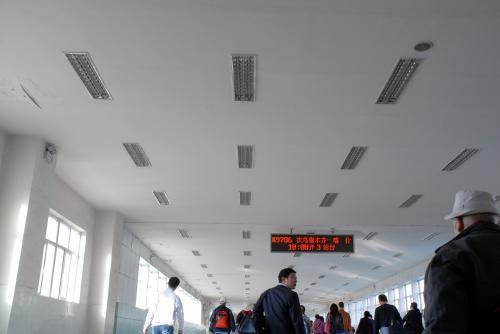 烏魯木齊から喀什行きですが、実際は哈密からやって来た列車ですので、始発ではなく立ち寄る列車です。<br />なので、止まっている時間は短いです。