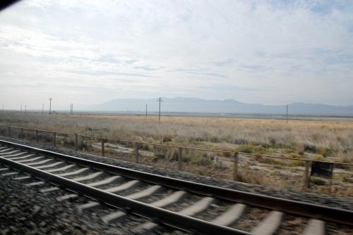 線路は続くよ〜♪ど〜こまでも〜♪<br /><br />って言葉がピッタリの、真っ直ぐ続く線路です。