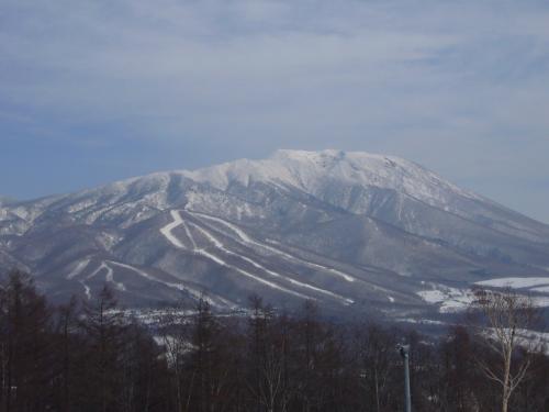行く前の週、日本海側は大雪だったようだが、雫石は雪が少ない。<br />3日間ともまあまあ天気は良く、2日目は少し雪が降って気持ちのいいゲレンデコンディションだったが、最終日はまるで春スキー。でも岩手山がくっきりと見晴らせた。