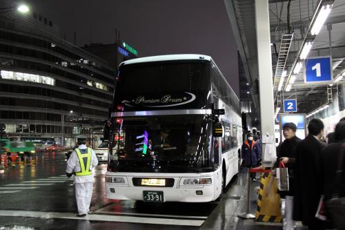 この時期は大垣夜行「ムーンライトながら」の運転が無くいろいろ検討した結果、白羽の矢が当たったのは「夜行バス」でした。<br />東京〜関西には老舗のJR系、私鉄系、ツアーバスなど色々ある中、バスのファーストクラスと呼ばれる「プレミアムドリーム号」のプレミアムシートが評判が良く、運賃も9600円と高いが2階建てバスの1階部分に4席しか無く、ほぼフルクライニング状態になれるシートと言う謳い文句にひかれ、乗車券を発売開始の1か月1日前に予約しました。<br /><br />出発当日は、関東で雪が降ったのでバスが運休したりするかと心配しましたが、予定通りに運転するとホームページに案内があり、安心して東京駅に向かいました。八重洲南口のバス乗り場には各地への高速バスがひっきりなし発車していきます。<br />「プレミアムドリーム号」が発車10分前に1番乗り場に到着してきたので、携帯のWEB乗車券を見せて乗車します。