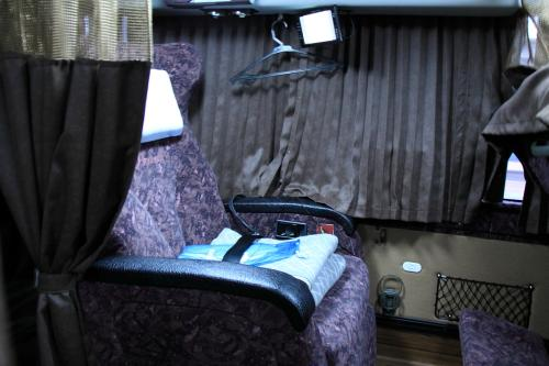流石に広い!少し前の国際線のファーストクラス並みです。<br />液晶テレビはついているし毛布も2枚用意されているし、前席がフルリクライニングしても余裕で立てる!と感動しているとバスは出発。<br /><br />カーテン(上部は中が安全の為見れるようになっている)を閉めれば個室に早変わり。隣を気兼ねなく寝ることができます。<br /><br />これなら大人気なのもうなずけます。<br /><br />