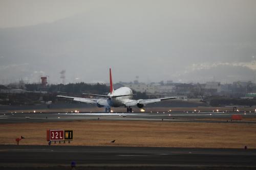 しかし、昼過ぎに急に曇って雨が降り出し、伊丹空港名物の千里川土手での撮影は殆ど出来ず予定より早めに切り上げて駅に戻ります。<br /><br />駅に着いたとらん、雨が止むとは何という仕打ち・・・