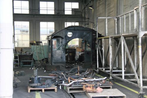 JR西日本には本線を走行出来るC56-160を保有していますが、2月から定期検査を行っています。<br />炭水車、と本体ボイラー、車枠に分かれて扇形機関庫に置かれていました。<br /><br />まるで廃車されて解体しているように見られますが、こうやって検査を行うんだと妙に納得しました。