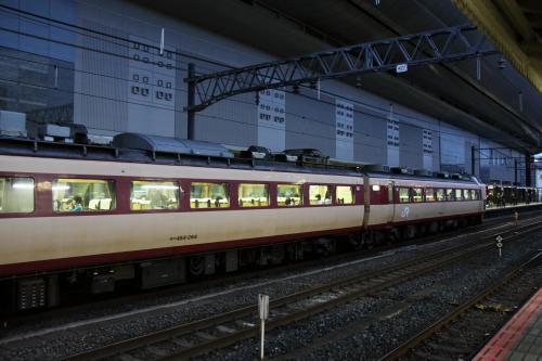京都駅に戻り東海道線ホームで新快速を待っていると、485系の特急雷鳥が到着。北陸特急の代名詞だった「雷鳥」も2011年3月のダイヤ改正で廃止となります。<br /><br />新快速で米原まで行き、駅レンタカーで車をピックアップします。今回は大阪から「レール&レンタカー切符」にしているので、大阪から東京間までの乗車券は2割引きです。