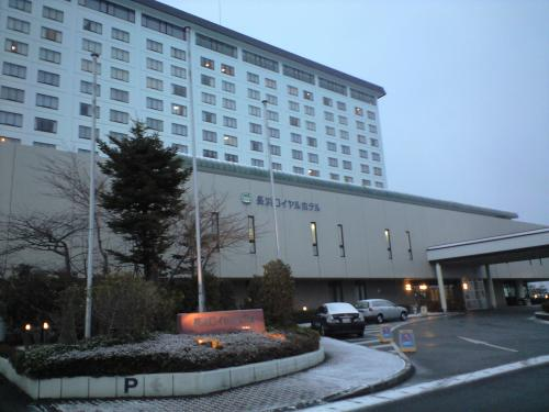宿は「長浜ロイヤルホテル」です。<br /><br />チェックインの後、夕食と明日の場所取りに出かけました。<br />有名撮影地に「河毛カーブ」にはすでに三脚と脚立が林立しており、ベストポジションは満員御礼でした。<br /><br />ホテルに戻り、早速温泉の大浴場に向かいましたが、ちょっと期待外れでした。