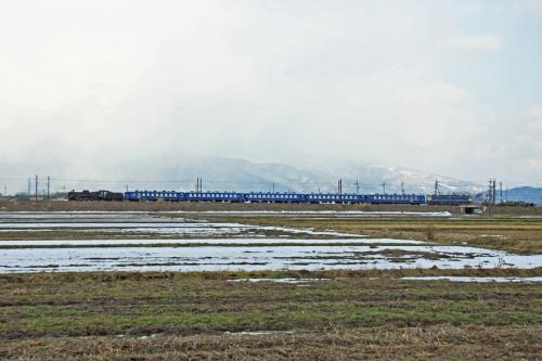 午後の回送は、伊吹山をバックに横から撮影しようと、虎姫〜長浜間の姉川鉄橋近くに向かいました。<br /><br />列車がやって来るほんの数分前までは、伊吹山が見えていたのですが、列車が来る寸前に雪雲に覆われ始めてしまい。隠れてしまいました。