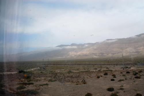 崑崙山脈の南の端ですね。<br />もう少し南下すれば、この山肌が七色に染まった山脈に出る筈なのですが、実は昨夜、喀什地区を襲った豪雨で、喀什手前の阿図什附近の鉄路が陥落し通行不能になったそうで、復興の目処が不明との連絡が入りました。情報はここまでで、待てば開通するのか、別の駅に入るのかなど、何ら連絡がない状態でした。