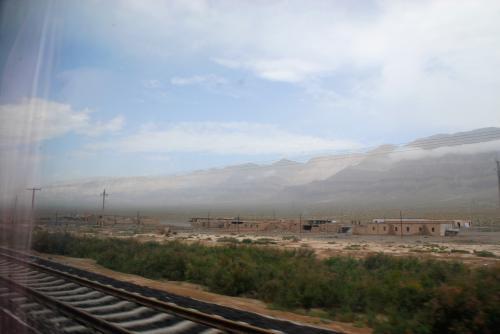 聞くと、莎車から直接巴楚へ向かえば、喀什へ行くのと変わりない距離だったそうです。<br />逆に、喀什から巴楚に向かう方が250kmほど逢って遠いんだそうです。<br />3時間は掛かるので、列車と車との競争みたいになっちゃいました。<br />でも、ここまで来たらもう慌てなくて良いので、車の方は既に200kmも走って来てくれているので、慌てず焦らずゆっくりと、安全に来て欲しいものです。