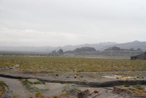 凸凹した地形が残る「雅丹地貌」。<br /><br />ここら辺りは、まだ完全な状態ではありませんので、山脈のようになって繋がっています。