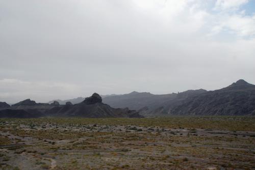 周辺の砂漠化が進めば、何時か浸食されて硬い部分が残って、軟らかい砂地に残された「雅丹地貌」になるのかも知れません。