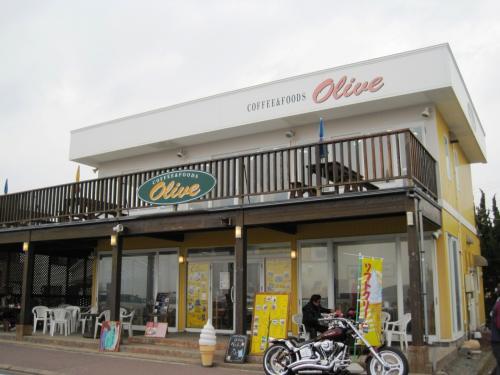 野島埼灯台まで到着すると、既に休日のせいか、<br /><br />たくさんの車と人出でびっくり!<br /><br />ここ白浜のオリーブさんは海が見えるカフェで大好きだ。<br /><br />http://www.boso.jp/olive/in02.htm