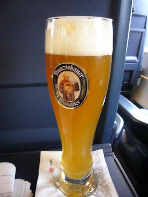 1等は注文を席まで聞きにきてくれる。そしてこんな生ビールがでてくる。すっかりおなじみのビール。
