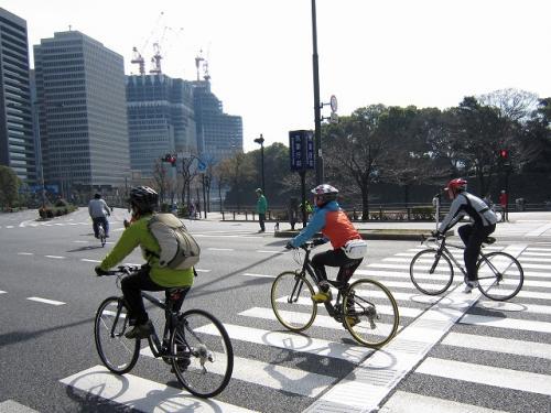 皇居前はジョッギングする人<br />マイ自転車で走る人<br />すごい数だどちらも流行っている