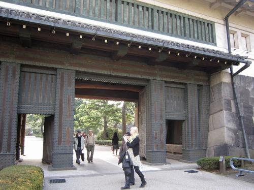一つ目の門をくぐり左に折れると<br />すぐにどでかい門が<br />金髪の女性がカメラをかまえている<br />