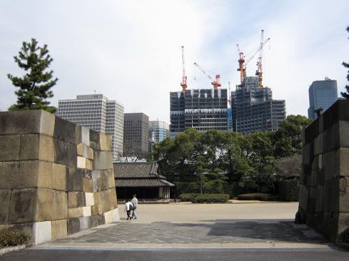 ちょっとの上がって振り返る<br />建設中のビルとの対比が面白い