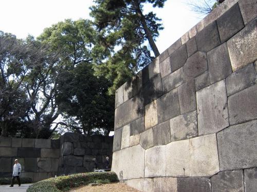 またも急坂と大きな石垣<br />こんな調子じゃ<br />上から簡単に標的にされていただろうな