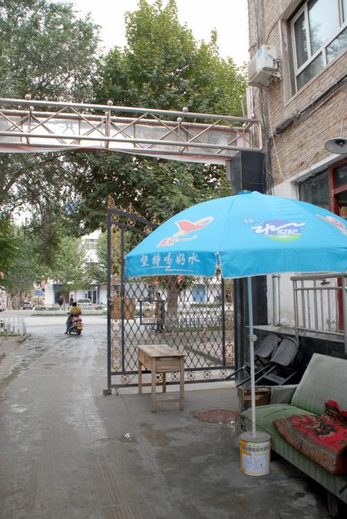 一旦家に戻りました。<br /><br />今度は、喀什賓館の前総経理の陸さん宅へ向かいます。<br /><br />ここが韓さんのアパート入り口にある門番の詰め所。<br />