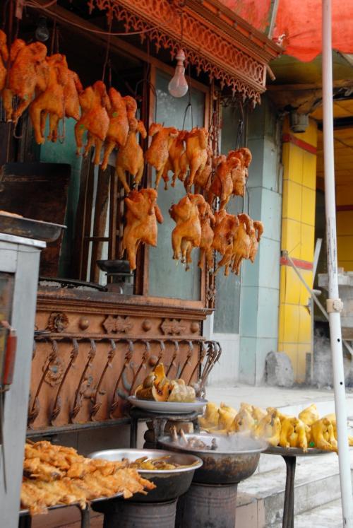 洗面のあるここって肉屋さんですね。<br /><br />この褐色の鶏肉は、ドコでも見かけます。<br />