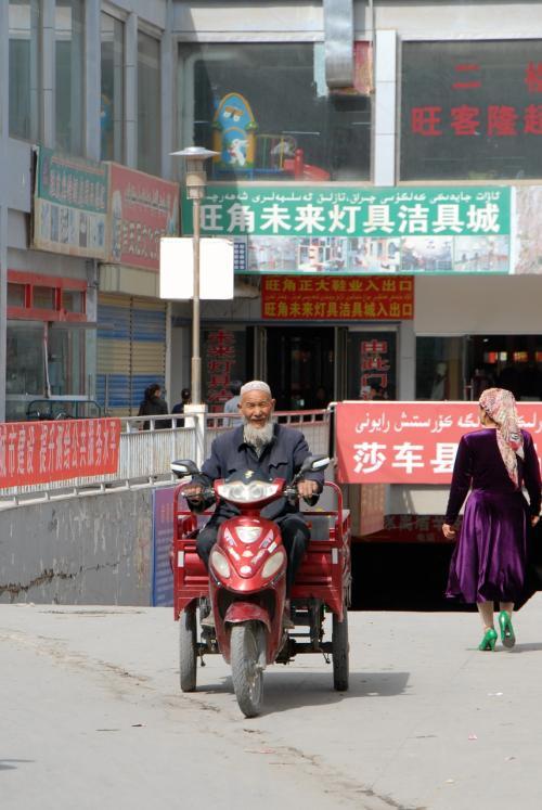 食堂から喀什尕爾路はすぐです。<br /><br />スーパーの地下にある市場から出てきた三輪バイク。<br />客を拾うタイプじゃない個人用のは問題有りません。