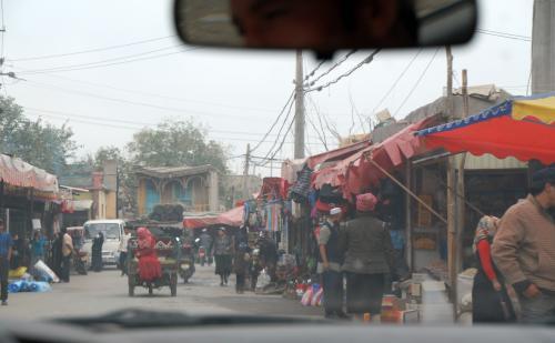 到着です!<br /><br />裏から入っちゃったようですね。<br />と言うのも、爺ぃが維吾爾人が使っていた旧式の食器やポットを見たいという事で、運チャンにその事を話したので、車ごと政府裏手の「戈爾巴格路(職人街)」へと進入しちゃいました。<br />人が多くて動きにくいので、歩いて進むことにしました。