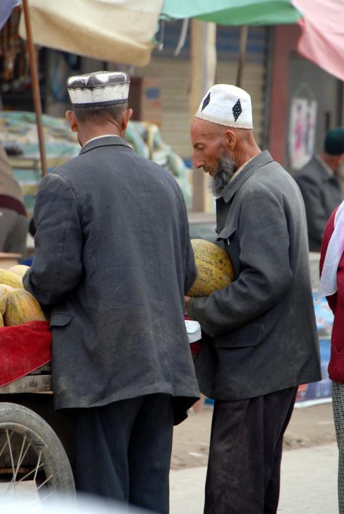 哈密瓜を買ってる人。<br /><br />果物売りの定番は、やはりこのリヤカーですね。
