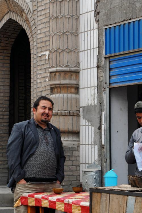 モスク前にまで、所狭しと店が出ています。<br /><br />因みに、このお店のおデブなおっちゃんは、「渡辺徹」ではありませんので・・・(^灬☆)\バキッ!