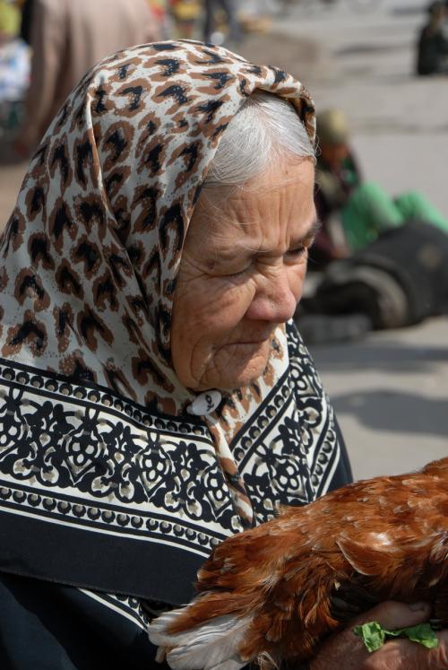 お婆さんが抱えていた大きな鶏。<br /><br />爺ぃがお婆さんに声かけて、写真を撮っていましたので、ちゃっかり横からパチリ!