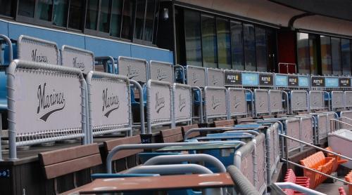 3塁側のこの席は・・・人が居ないね。
