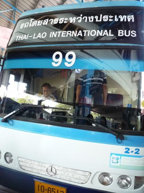 エアアジアでウドンタニまで。<br /><br />ウドン空港からタクシー(もちろん白タク)でバスターミナルまで。<br />3人で200B<br /><br />バスターミナルから国際バスに乗ろうとしたら<br />あっという間にTicket売り切れで2時間くらい待つ事に。<br /><br />タイ人に「マッサージ屋はある?」と聞くと<br />教えてくれたので足マッサージで時間を潰す。120B+チップ<br /><br />今日のウドンは空気が綺麗で爽やか、気持ちが良かった。