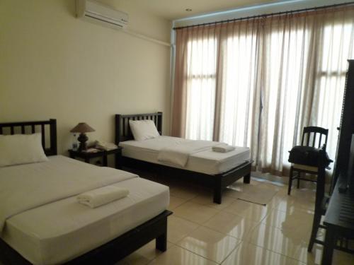 今回の宿は河と市場の中間<br />バスターミナルからホテルまでの言い値が30,000〜20,000Kip<br />今回は100B 高い。タイ並みに外人料金炸裂のLAOSです。<br /><br />Vongkhamsene Hotel <br />ホテル住所: 17/01 Manthathulath Road, Xiengyeun Village <br /><br />広くて綺麗<br />水付き<br />シャワーしかないが、しばらく出していれば熱く湯量もある。<br />従業員も感じよし。<br /><br />しいて言えば、朝食がすかすかのフランスパンと卵のみで、<br />メニューにはあるベーコンは、いつも「もう無いボー」<br /><br />近くに、Cafeやカオチー屋があるので<br />外で取る事をお勧めする。