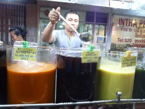 街中のジュース屋<br />タイと違って、タマリンドはきちんと酸っぱいし<br />とうもろこしなど面白いものもあり<br />美味しかった。<br /><br />学生もローカルもひっきりなしに買いに来ていたので<br />ここは人気なのかもしれない。<br />