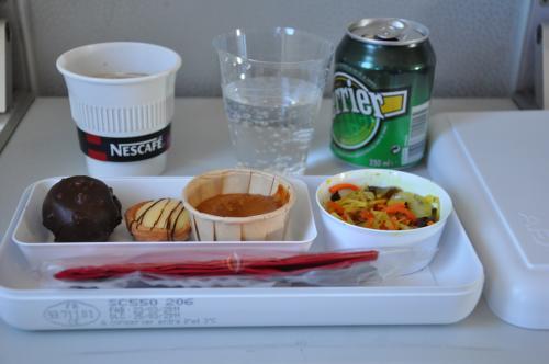 17:50バルセロナ行き。<br /><br />ビジネスクラスと言ってもヨーロッパ仕様のエコ3席の真ん中を使用不可にしただけのシート。結局3席全部使えたけど。<br /><br />機内食のおやつ〜。<br />真ん中のdoughみたいなのは、ちょっといただけない。