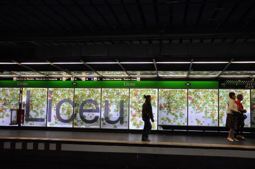 旅2日目。<br /><br />今日は丸一日かけて日帰りアンドラ旅行♪<br />最寄りのLiceu駅から地下鉄でしゅっぱ〜つ。超かわいい駅。<br /><br />「あなたを泥棒が狙っています。持ち物には十分注意してください」<br />って日本語でアナウンスが流れてた。どんだけ被害に遭ってるんだよ、日本人。