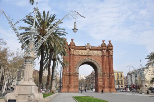 バルセロナにも凱旋門があるんだね☆<br /><br />街路樹がヤシの木ってとこが他のヨーロッパと違ってて、めっちゃ魅力的!