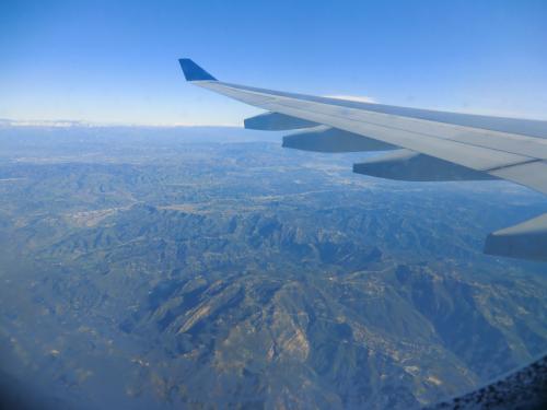 飛行機の窓から♪ロスへ向かっています。