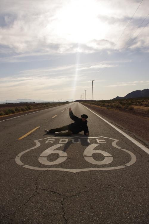 ルート66を運転!<br />ほとんど車が走ってなくて、道でこんなポーズ。アメリカに来た!って感じがしました。頭の中ではアメリカンロックが♪映画Carsも頭をよぎりました。