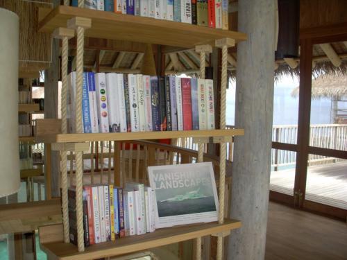 ざぁ〜、っと見たところおしゃれな本が並んでいましたが、日本語の本はゼロ冊でした。