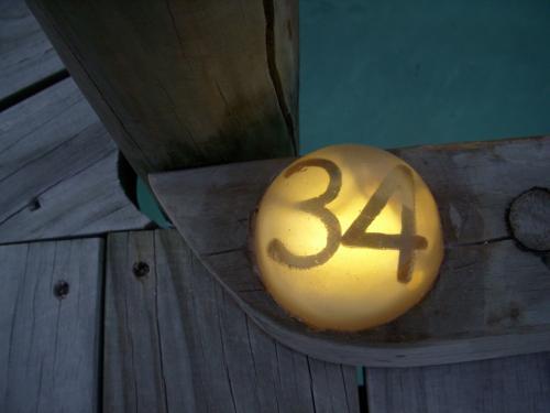 お部屋番号の表示はどこにあるのかと探したところ、ジェッティ曲がり角の足元にありました!<br /><br />このぼんやり加減がおしゃれです!