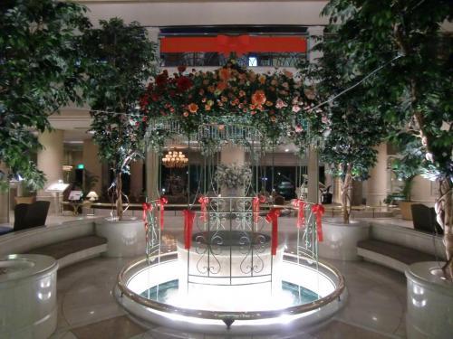 夕食のためアネックス棟に行く。玄関を入るとアネックス棟誕生20周年記念の飾りがロビーの噴水の周りにしてある。