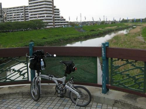 風が変わってきたのでまた風に流されて荒川を渡った<br />橋の名は「羽倉橋」<br />iphoneで場所を確認すると柳瀬川のところだ<br />志木市役所の所はこいのぼりが川をまたいでいる<br />