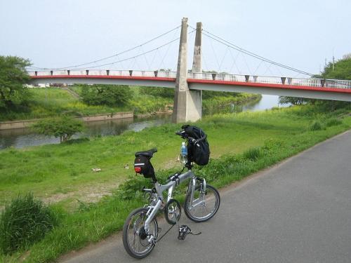 いろは親水公園の看板を見て川下へ<br />きれいな橋が見えてきた<br />何か鳴声が川原の方から聞こえてきた<br />