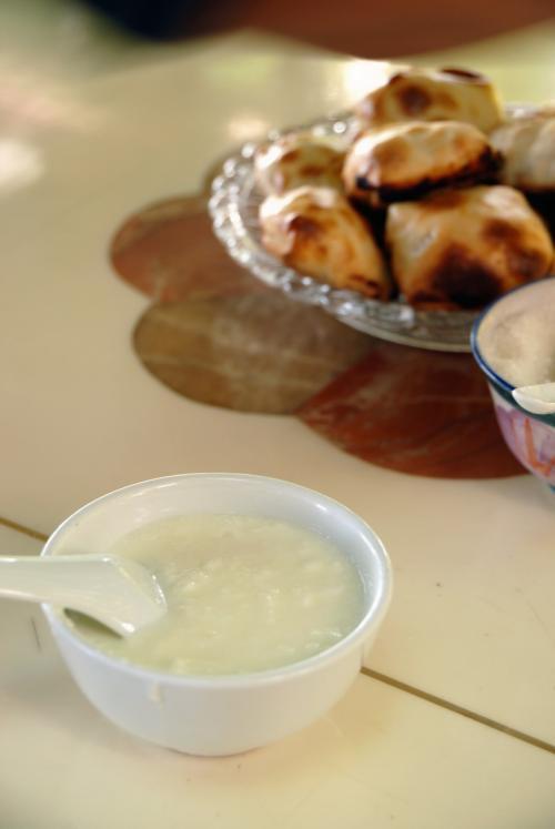烤包子(サムサ)が出てきました。<br /><br />こ・・・これは!!<br />バリウマです!!<br />「田舎ほど美味しい」という新疆料理の情況は、やはり定説になりそうですね!<br /><br />http://www.youtube.com/watch?v=RCxO_M3FogE(これは、記事の仕上がりがちょっと違いますが、日本語なので載せてみました)<br /><br />http://www.youtube.com/watch?v=mz56qByJzQI&feature<br />http://www.youtube.com/watch?v=1kFVRBSHENk&NR=1<br />http://www.youtube.com/watch?v=4VH_TYjoZEY&feature<br />以上はウズベキスタンの料理ですが、基本的には維吾爾も同じです。<br /><br /><br />そでぃて手前のものは「自家製ヨーグルト」。<br />これはスーパーバリウマでした!!(*^灬^*v<br />お手製のヨーグルト、その味を知らない人なら、見た目が悪くて一瞬引きますが、発酵食品は問題ないので、必ず食べてみましょう!(都会の場合は、「ハズレ」もあります(^灬^;)<br /><br />お砂糖が付いてきますので、酸味の度合によって加えても美味しいです!
