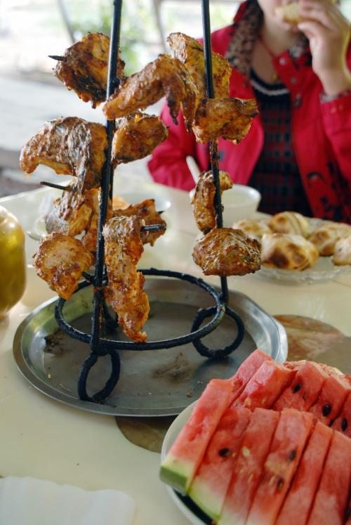 噂の焼き魚は、こんな串に刺して出てきました。<br /><br />うう〜ん!!<br />これはなんとも!<br />この川魚、何でこんなにさっぱりして香ばしくて、めっちゃ美味しいのでしょう!